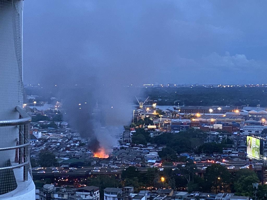 ไฟไหม้ชุมชนคลองเตยล็อก 1-3 เจ้าหน้าที่ใช้น้ำควบคุมเพลิงให้อยู่ในวงจำกัด