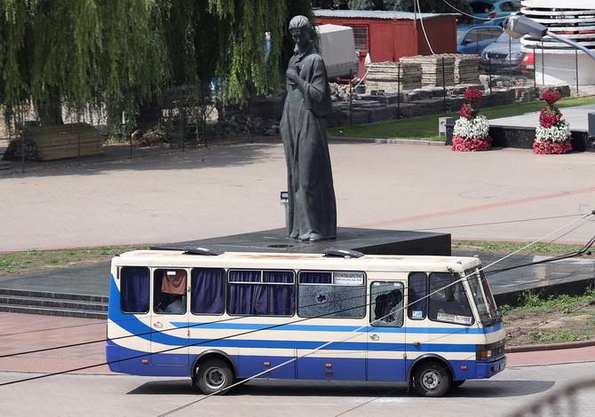 ยังเจรจาเครียด!คนร้ายพกระเบิดยึดรถบัสพร้อมจับตัวประกัน20คนในยูเครน(ชมคลิป)