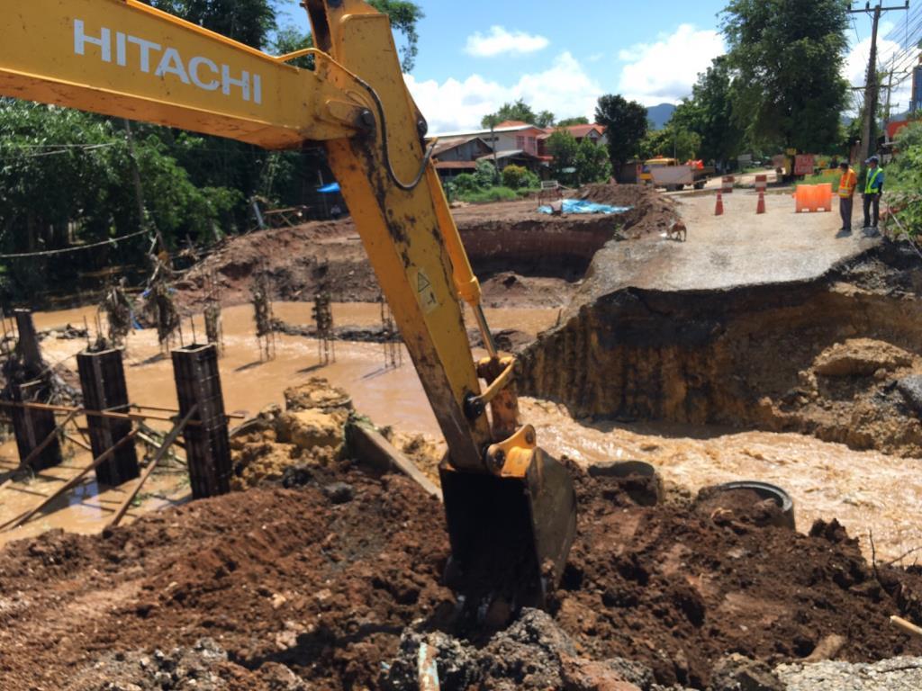 ทล.ระดมเครื่องจักรซ่อมถนนเชียงคาน หลังถูกน้ำป่าซัดทางขาด คาดซ่อมเสร็จบ่ายวันนี้