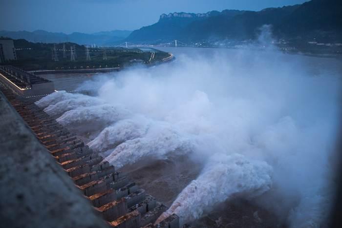 น้ำหลากที่ถูกระบายจากเขื่อนสามโตรกในมณฑลหูเป่ย ตอนกลางของประเทศจีน มวลน้ำหลากระลอกที่สองของปีนี้ไหลผ่านเขื่อนยักษ์ใหญ่สุดของโลกอย่างราบรื่น ภาพเมื่อเมื่อวันที่ 19 ก.ค. 2563 (ภาพซินหัว)
