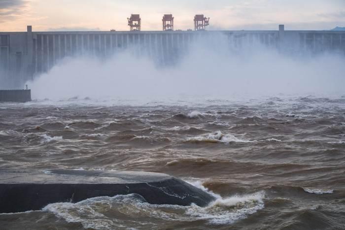 ระดับน้ำที่อ่างเก็บน้ำสามโตรกเมื่อวันอาทิตย์ (19 ก.ค.)  มีระดับสูง 164.18 เมตร ทุบสถิติระดับน้ำในฤดูน้ำหลากนับตั้งแต่สมัยเริ่มสร้างเขื่อนมหึมาหลังนี้เมื่อราว 26 ปีที่แล้ว