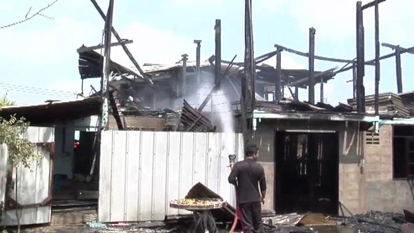 เกิดเหตุไฟไหม้บ้านเรือนประชาชนกลางชุมชนบ้านหนองแขมวอด2หลัง