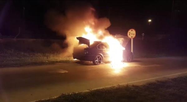 หนุ่มใหญ่ขับเก๋ง BMW กลับบ้าน เกิดเพลิงลุกไหม้วอดทั้งคันกลางถนน