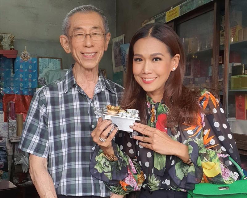 """""""กาละแมร์"""" น้ำตาคลอกลางไลฟ์สด ดีใจคนไทยช่วยกัน หลังไลฟ์ขายของจิ๋วช่วยลุงสมศักดิ์"""