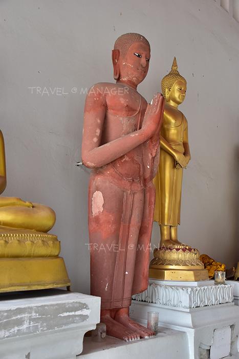 พระระเบียงด้านหลังประดิษฐานพระพุทธรูปหินทราย