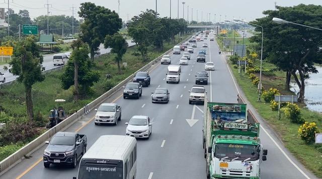 ถนนสายเอเชีย รถยังแน่นเต็มทุกเลนชะลอตัวช่วงสะพาน ถนนพหลโยธินเช่นกัน
