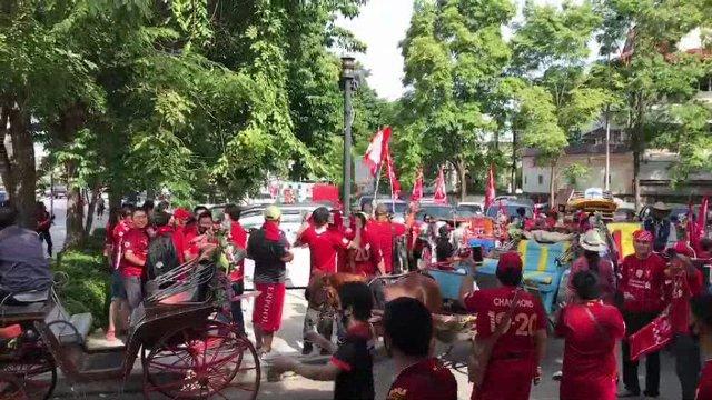 ไม่มีพลาด! สาวกหงส์แดงลำปางรวมตัวชูถ้วย-สะบัดธงนั่งรถม้าฉลองชัยรอบเมือง