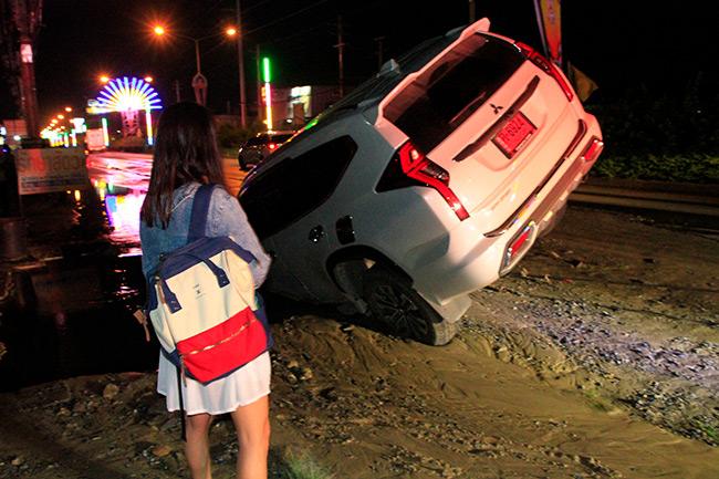 สาวเมียนมาร์ซิ่งปาเจโร่ ตกท่อแตกลึก 3 เมตรหวิดดับ การประปาปทุมฯ แจ้งหยุดจ่ายน้ำชั่วคราว