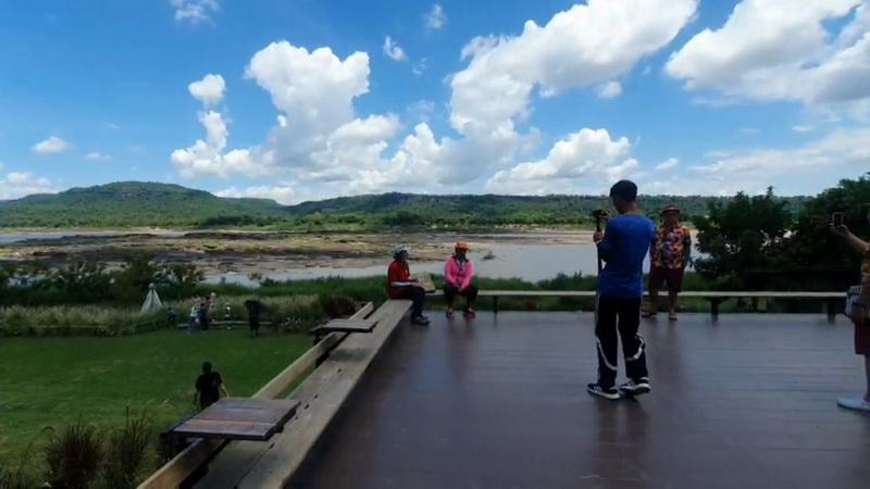 ไทยเที่ยวไทย!นักท่องเที่ยวพาครอบครัวสัมผัสความงามทัศนียภาพสองฝั่งโขงไทย-ลาว