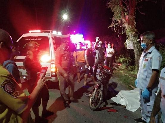 หนุ่มนิรนามซิ่งจักรยานยนต์ชนอัดท้ายรถกระบะดับคาที่