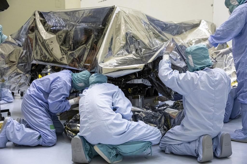 ภาพระหว่างการผลิตยานโรเวอร์เพอร์เซเวียแรนซ์ (Kim SHIFLETT / NASA / AFP)