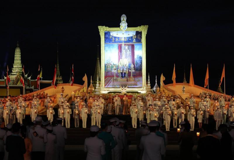 นายกฯ นำคณะจุดเทียนชัยถวายพระพร เนื่องในโอกาสวันเฉลิมพระชนมพรรษา ในหลวงร.๑๐