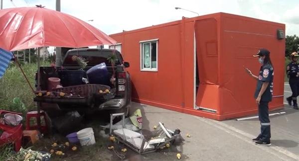 หวิดดับ! แม่ค้าขายสับปะรดจอดขายริมถนนตู้คอนเทนเนอร์ร่วงตกใส่รถยนต์พังเสียหาย