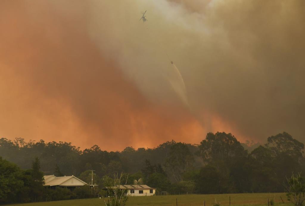 ภาพเฮลิคอปเตอร์ขณะดับไฟป่าออสเตรเลียเมื่อช่วงปลายปี ค.ศ.2019 (AFP / William West)