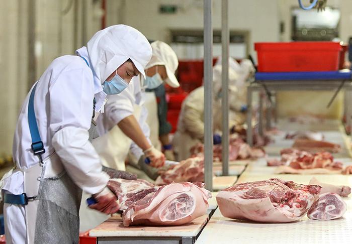 จีนเข้ม! ออกแนวทางป้องกันโควิด-19 ใน 'โรงงานแปรรูปเนื้อสัตว์'