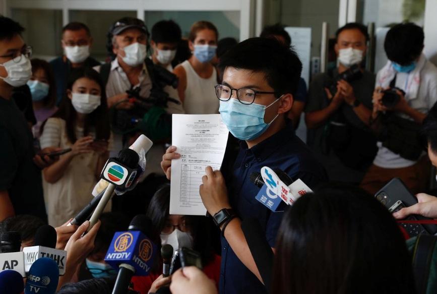 """In Clip: """"โจชัว หว่อง"""" โดนตัดสิทธิ์ลงสมัครเลือกตั้งสภานิติบัญญัติฮ่องกงพร้อมพวกอีก 11 คน"""