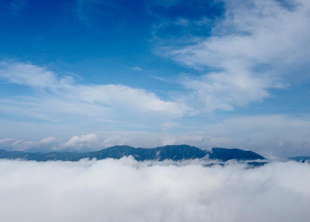 ท้องฟ้าสีฟ้าตัดกับทะเลหมอกสีขาวหนานุ่มเป็นปุยนุ่น