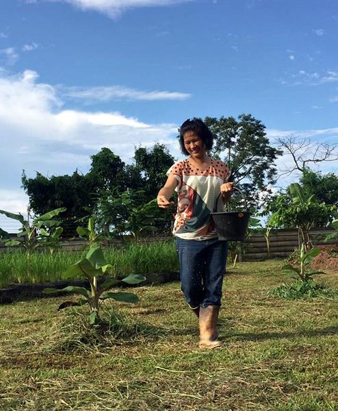 """นางพิริยากร ลีประเสริฐพันธุ์ เจ้าของสวน """"Garden Three"""" สวนเกษตรอินทรีย์ จังหวัดหนองคาย ผู้ผลิตกล้วยน้ำว้าตาก แบรนด์ """"น้ำว้า ท้าตะวัน"""""""
