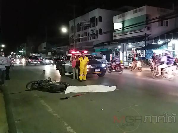 กระบะชน จยย. ชายชราคนขับกระเด็นโชคร้ายถูกเหยียบซ้ำเสียชีวิตกลางถนน