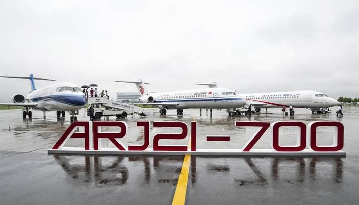 เครื่องบินโดยสารระดับภูมิภาค ARJ21 จอดอยู่ที่ศูนย์ประกอบเครื่องบินของบริษัทโคแมก (COMAC) ในเขตใหม่ผู่ตง เทศบาลนครเซี่ยงไฮ้ทางตะวันออกของจีน เมื่อวันที่ 28 มิ.ย. 2020-แฟ้มภาพซินหัว