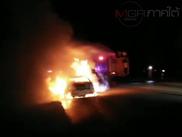 ระทึก! ไฟท่วมเก๋งคณะสงฆ์ขณะกลับจากกิจนิมนต์ 2 พระพร้อมคนขับหนีลงรถรอดหวุดหวิด