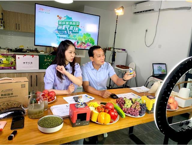 อีกมาตรการช่วยเหลือประชาชนยุคโควิด-19...รัฐบาลท้องถิ่นในจีนแห่งหนึ่งได้เปิดแพลตฟอร์มขายสินค้าเกษตรให้ประชาชนนำสินค้ามาจำหน่าย (ภาพ Dagong Wang)