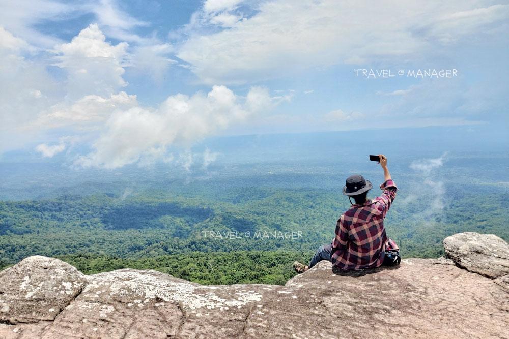 นั่งห้อยขาที่ผาชูธง ภูหินร่องกล้า แหล่งท่องเที่ยวหน้าฝนของพิษณูโลก