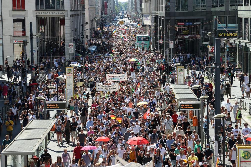 """ประชาชนหลายพันเดินประท้วง """"มาตรการคุมโควิด"""" ในเบอร์ลิน"""