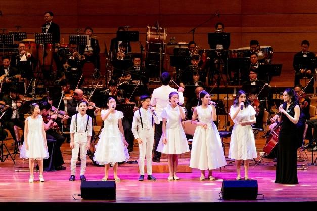 """สุดประทับใจกับคอนเสิร์ต """"RBSO Young Talent Sings Broadway"""" ขับร้องโดย 8 เยาวชน  ร่วมด้วยนักร้องไทยชื่อดังจากนิวยอร์ค บรรเลงโดย วงรอยัลแบงค์คอกซิมโฟนีออร์เคสตร้า"""