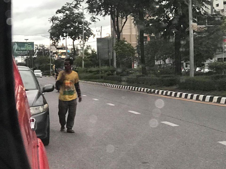 หนุ่มเตือนภัย! พบชายปริศนาเดินไล่เปิดประตูรถยนต์ทุกคันที่จอดอยู่ริมถนนสามสิบเมตร อ.หาดใหญ่