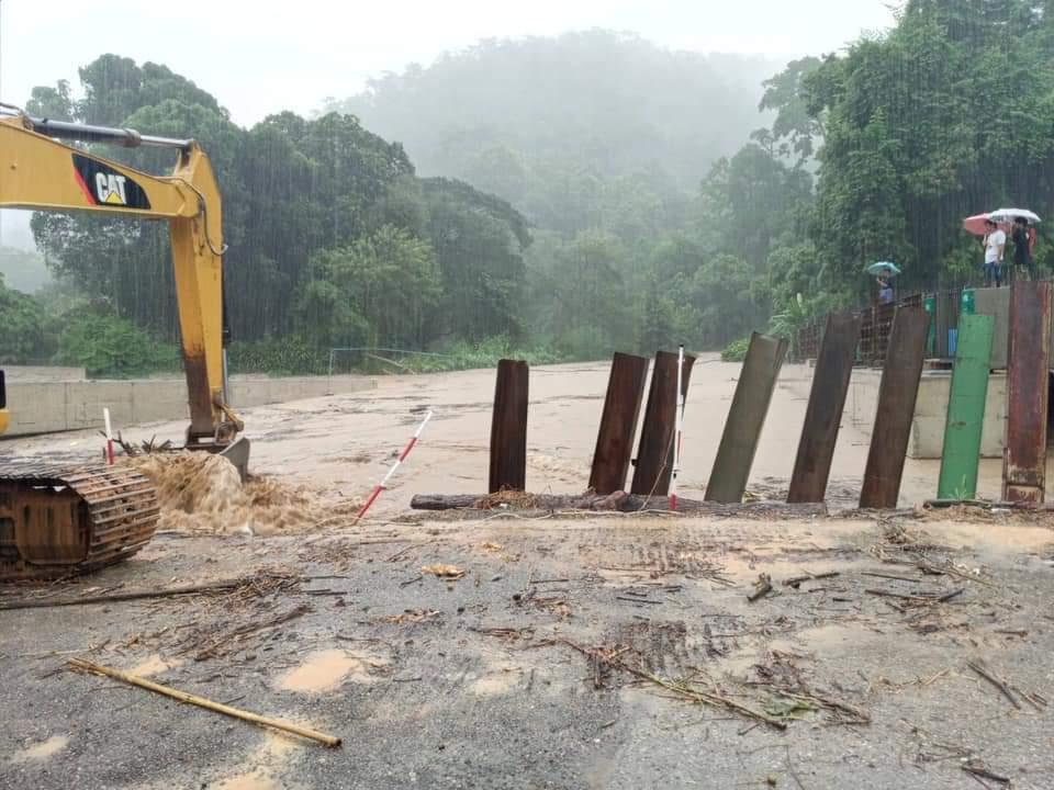 """น้ำป่าทะลัก!ถนนจมน้ำ 20 สาย""""ศักดิ์สยาม""""สั่งระดมเครื่องมือซ่อมด่วน"""