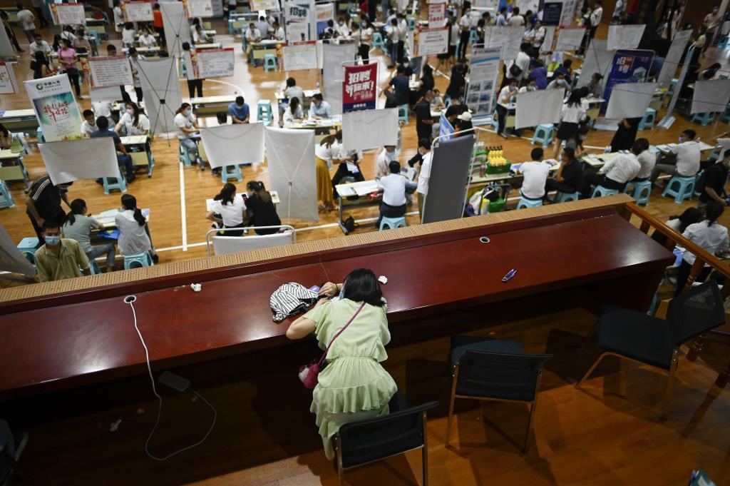 คอลัมน์นอกหน้าต่าง: หนุ่มสาวจบใหม่ใน'จีน'ดิ้นรนหนักเพื่อหางานทำ แม้เศรษฐกิจทำท่ากระเตื้องฟื้นตัว