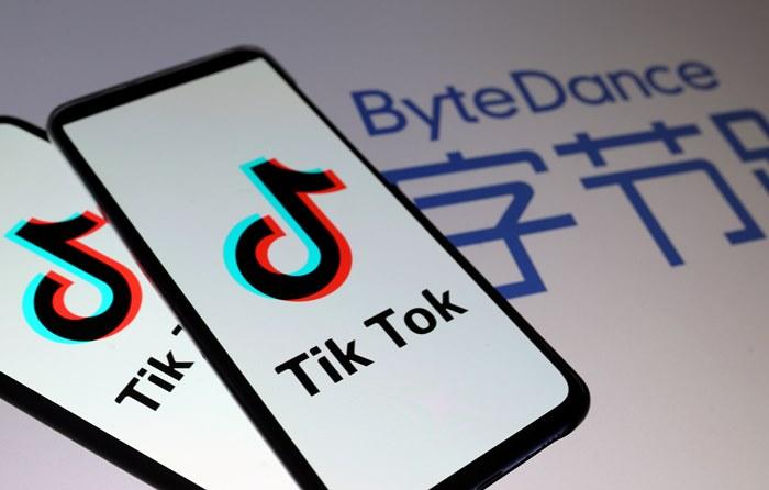 โลโก TikTok  บนหน้าจอสมาร์ทโฟน และโลโก ByteDance (แฟ้มภาพ รอยเตอร์ส)