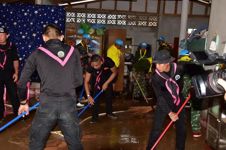 """ทหารพราน22ลุยช่วยซ่อมบ้านหลังน้ำลด """"บิณ""""นำทีมอาสามูลนิธิฯเร่งฟื้นฟู"""