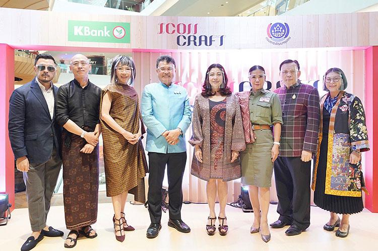 อธิบดีกรมการพัฒนาชุมชน พร้อมผู้บริหารไอคอนสยาม และศิลปินครูศิลป์ของแผ่นดินผู้ปลุกชีวิตผ้าไทย