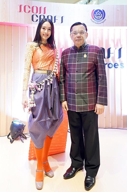 คุณปอย ตรีชฎา  สวยสง่าด้วยชุดผ้าไทย รังสรรค์โดย อ.วรีธรรม ตระกูลเงินไทย