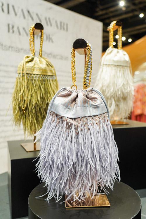 กระเป๋าผ้าไหมไทยสุดพิเศษ จากแบรนด์ Sirivannavari Bangkok