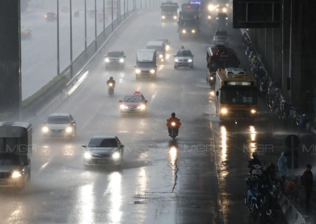 ระวังอันตราย! อุตุฯ เตือนทั่วไทยยังฝนตกหนักถึงหนักมาก อาจเกิดน้ำท่วมฉับพลัน-น้ำป่าไหลหลาก ซัดกรุงร้อยละ 60