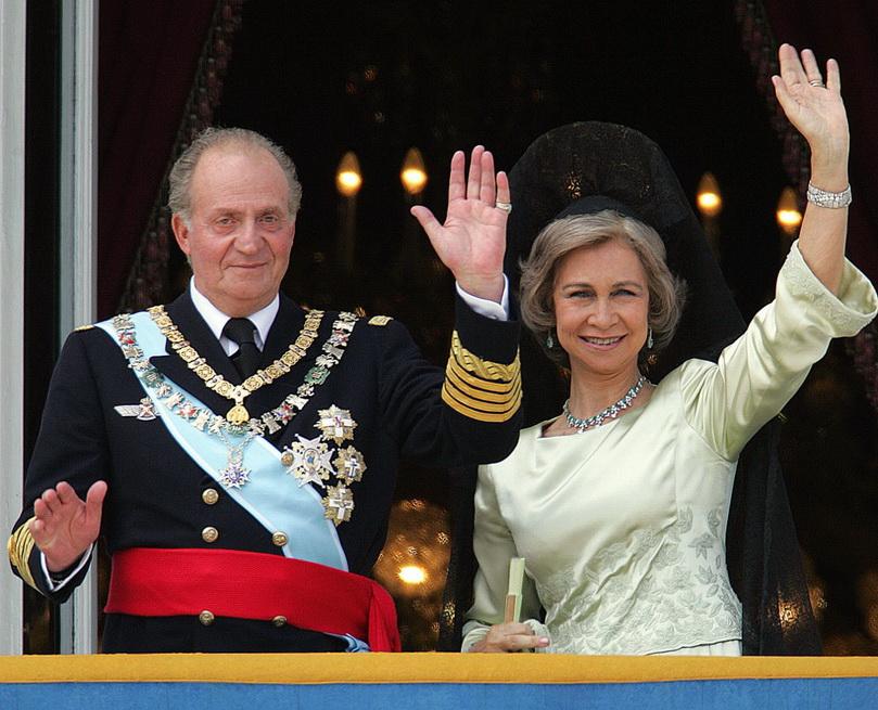 สมเด็จพระราชาธิบดี ฮวน คาร์ลอส แห่งสเปน และสมเด็จพระราชินีโซเฟีย ในปี 2004 (แฟ้มภาพ)