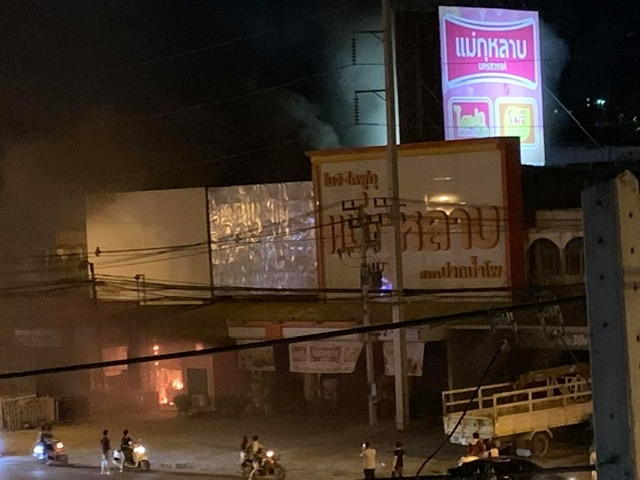 โกลาหล! ไฟไหม้ร้านโซลาร์เซลล์กลางเมืองนครสวรรค์ แบตฯ ระเบิดดังรัวเพื่อนบ้านขวัญกระเจิง