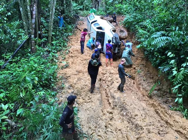 ระทึก!!กลางป่าทุ่งใหญ่ฯ ฝนตกถนนลื่น รถแพทย์สาธารณสุข พลิกคว่ำกลางป่า