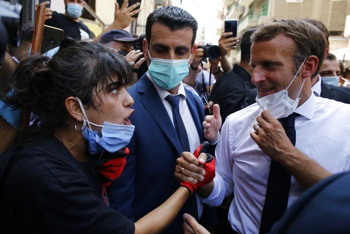 ประธานาธิบดีเอมมานูเอล มาครง ของฝรั่งเศส กลายเป็นผู้นำต่างประเทศคนแรกซึ่งไปเยือนกรุงเบรุตภายหลังเกิดเหตุระเบิดใหญ่ ในภาพนี้ ขณะมาครงไปดูสภาพถนนซึ่งได้รับเสียหายหนักสายหนึ่งในกรุงเบรุต เมื่อวันพฤหัสบดี (6 ส.ค.) ปรากฏว่ามีชาวเมืองออกมาร้องเรียนว่าพวกผู้นำของเลบานอนรับมือกับสถานการณ์ได้อย่างย่ำแย่มากๆ