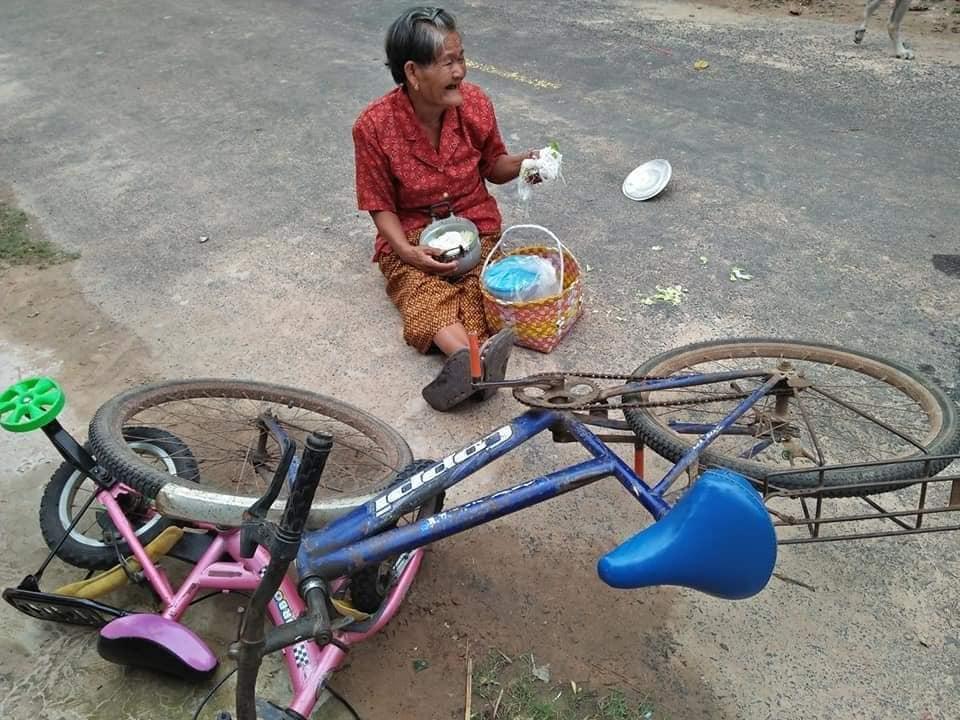 ยายปั่นจักรยานไปทำบุญ ก่อนชนประสานงากับหนูน้อย 3 ขวบ ทั้งสองปลอดภัย แต่พระอดฉัน