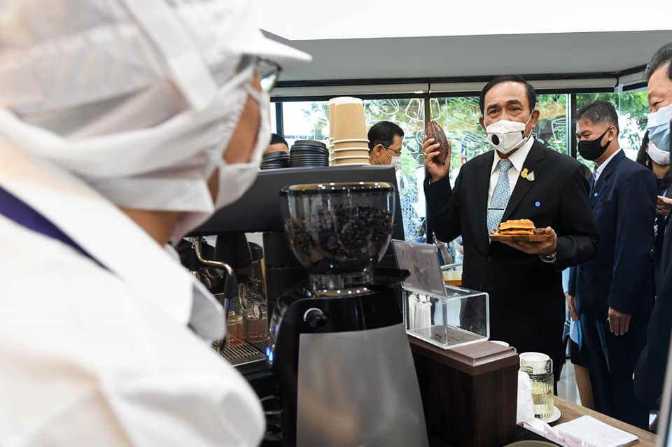 """""""บิ๊กตู่"""" เปิดร้านกาแฟ 60+Plus Bakery ทำเนียบรัฐบาล ส่งเสริมการสร้างรายได้ให้คนพิการ"""