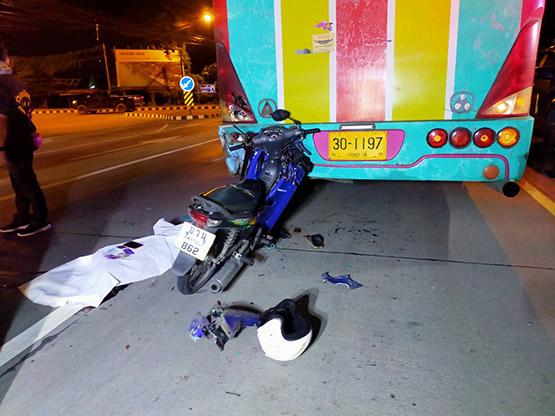 หนุ่มซิ่งจยย. ชนอัดท้ายรถบัสเสียชีวิตคาแยกวัดเสด็จ