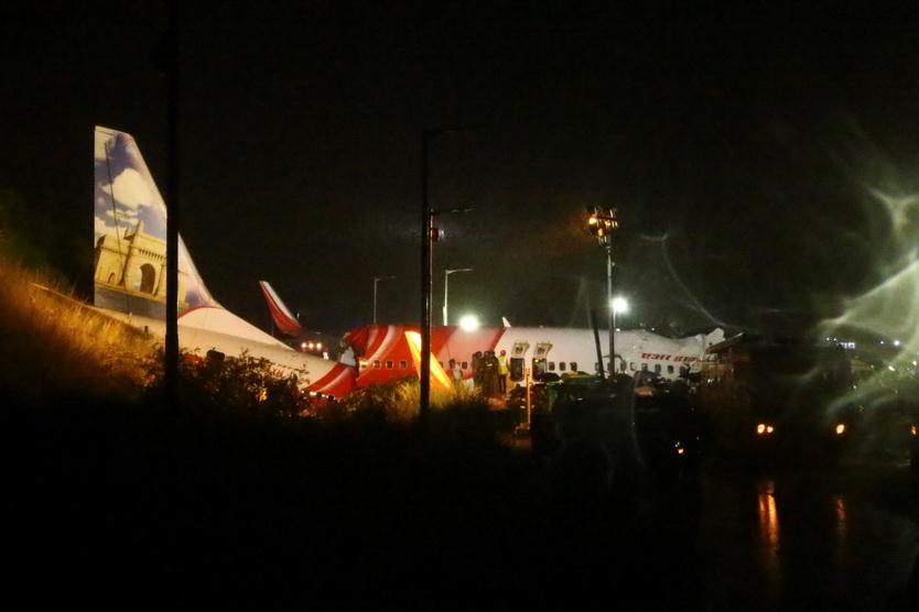 In Pics: เครื่องบิน 'แอร์อินเดียเอ็กซ์เพรสส์' ไถลออกนอกรันเวย์สนามบินเกรละ ผดส.ดับ 17 ศพ-เจ็บเป็นร้อย