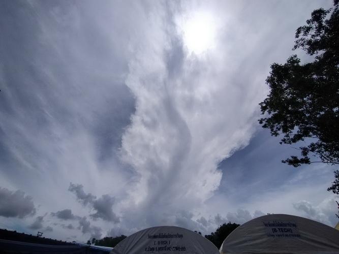 """ฮือฮา!ท้องฟ้าเหนือ""""คำชะโนด""""เมฆก่อตัวเป็นพญานาคคาบแก้วขณะทำพิธีพุทธาเทวาฯ"""