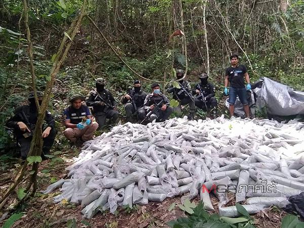 ครึ่งตัน! ตชด.ยึดใบกระท่อมกองใหญ่ได้ในป่าแนวชายแดนไทย-มาเลย์ มูลค่ากว่า 4 แสนบาท