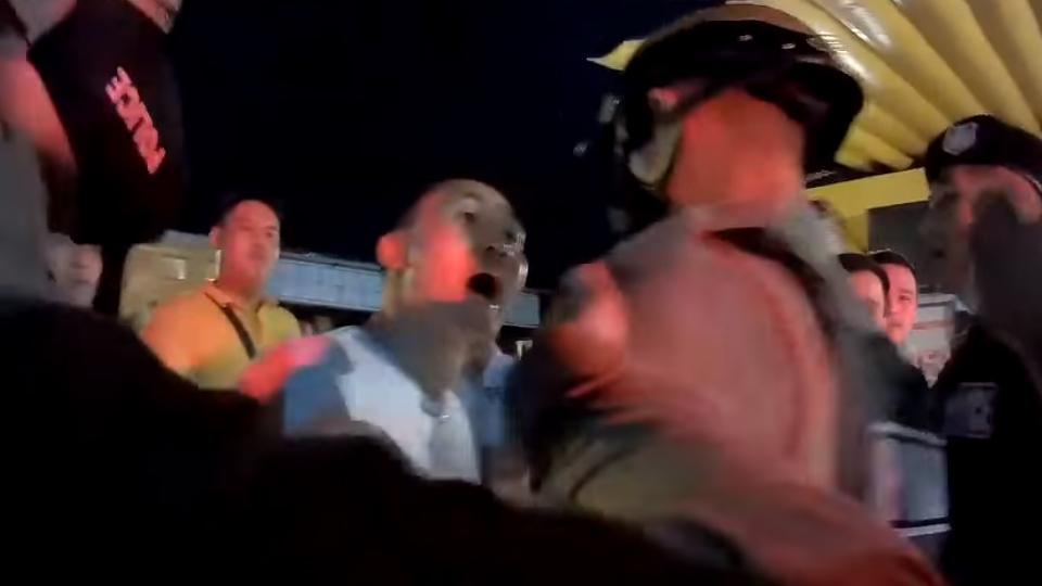 โวยแก๊งทหารเรือกร่างนครพนม เปิดเพลงเสียงดังลั่น ตำรวจระงับเหตุเจอผลักอกประชิดตัว