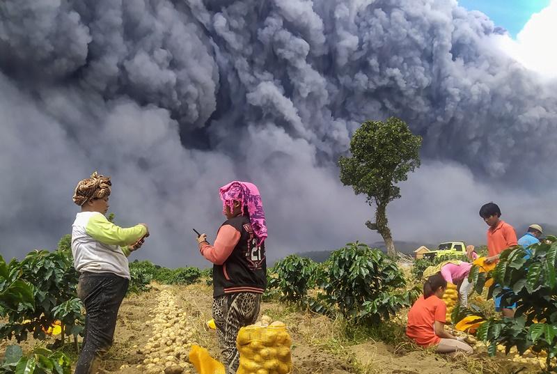 "In Clip: ""ภูเขาไฟซินาบุง"" ระเบิด ส่งเถ้าถ่านและควันทึบไกล 5 กิโลเมตร ทำทั้งหมู่บ้านมืดนาน 20 นาที"